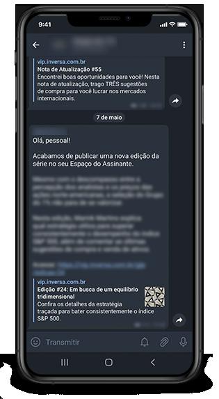 Protótipo de um celular. Na tela, mostra as mensagens via Telegram com atualizações da série Grupo do Grupo do 1%, de Marink Martins